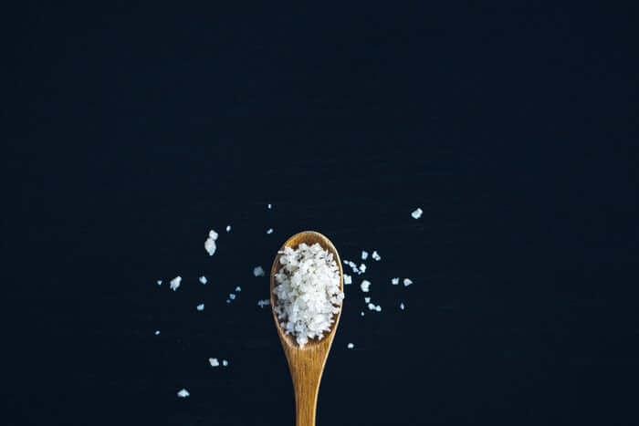 小さじに山盛りに盛られた塩